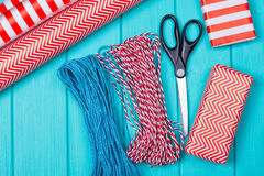 Время партии оборачивать подарка рождества с красочной бумагой, смычками ленты, ножницами a Стоковая Фотография