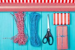 Время партии оборачивать подарка рождества с красочной бумагой, смычками ленты, ножницами a Стоковые Изображения