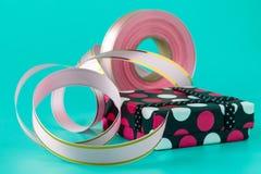 Время партии оборачивать подарка с смычками, ножницами и лентой ленты дальше Стоковая Фотография RF