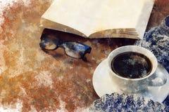 Время перерыва на чашку кофе - watercolour digitaly создал таблицу с кофе, шарфом, книгой, стеклами чтения - перерыв зимы стоковые изображения