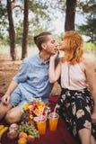 Время пикника Влюбленность и нежность, датировка, романс, концепция образа жизни Пикник - молодой луг пар весной стоковые фото
