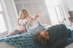 Время потехи! Красивая молодая мать идя шальной с ее милым daugh Стоковые Фотографии RF