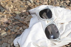 Время принять каникулы! Белые солнечные очки шикарный для мод летнего времени! Стоковое фото RF