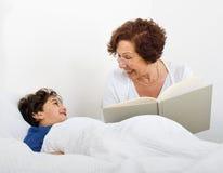 время рассказа бабушки кровати Стоковое Изображение RF