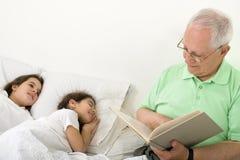 время рассказа кровати grandfather Стоковое фото RF