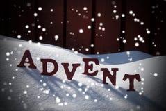Время рождества пришествия среднее на снеге с снежинками Стоковые Фотографии RF