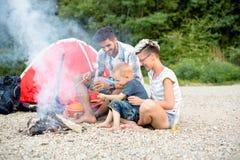 Время семьи в природе, располагаясь лагерем Стоковое Изображение RF