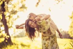 Время семьи Маленькая девочка и ее мать играя на природе Стоковое Фото