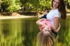 Время семьи Мать и дочь стоковые фото