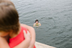 Время семьи на озере на горячий летний день Стоковое Изображение