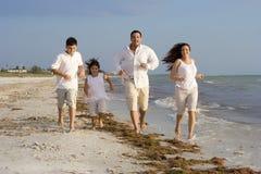 Время семьи на пляже Стоковая Фотография