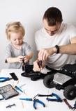 Время семьи: Ремонт папы и дочери радио rc контролировал дефектную модель автомобиля и привести видео- блог стоковые изображения rf