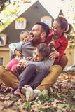 Время семьи, родители тратя время с детьми снаружи Стоковая Фотография RF