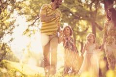 Время семьи рокируйте cesky весну сезона krumlov наследия для того чтобы осмотреть мир Стоковая Фотография RF