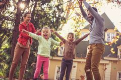 Время семьи, счастливая семья играя снаружи, сезон осени Стоковое фото RF