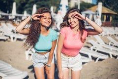 Время счастливого лета горячее счастливых молодых женщин в привлекательных одеждах 2 ультрамодных холодных девушки битника, друзь стоковые фотографии rf
