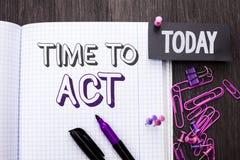 Время текста почерка подействовать Крайний срок стратегии момента действия смысла концепции выполняет усилие старта действуя напи стоковое фото rf