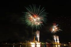 Время торжества фейерверков комплекса предпусковых операций Нового Года виска Wat Arun счастливое стоковые фотографии rf