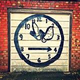 Время часов граффити и ботинки ботинка на двери гаража Стоковое Изображение RF