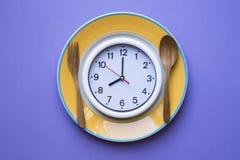 Время часов для завтрака, здоровая концепция еды еды на фиолетовом ба Стоковые Фото