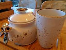 Время чая с специальными чайником и чашкой чая Стоковые Изображения