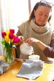 Время чая с тюльпанами стоковое изображение rf