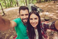 Время Selfie! Для памяти каникул совместно Милые любовники ar стоковая фотография