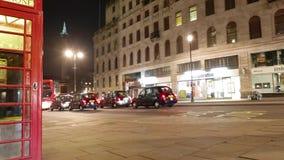 Врем-Упущение-съемка великобританского упущения переговорной будки и уличного движения гипер акции видеоматериалы