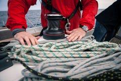 Вручает веревочки такелажирования оплетки матроса на яхте Стоковое Фото