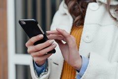 Вручает девушку с smartphone Стоковое фото RF