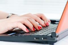вручает женщину клавиатуры Стоковое Изображение