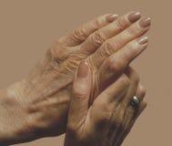 вручает женщину старшия s Стоковое Изображение