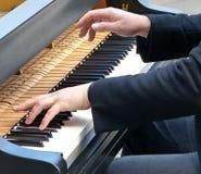 вручает играть рояля стоковые фотографии rf