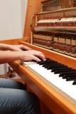 вручает играть рояля Стоковое Изображение