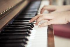 вручает играть рояля Стоковые Фото