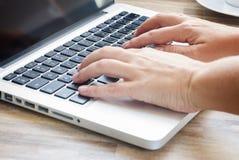 вручает компьтер-книжку клавиатуры Стоковое Изображение