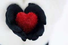 вручает красный цвет сердца Стоковое Изображение