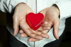 вручает красный цвет человека удерживания сердца Стоковая Фотография RF