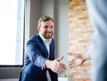 вручает людям трястить Уверенно бизнесмен тряся руки друг с другом Стоковое Фото