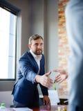 вручает людям трястить Уверенно бизнесмен тряся руки друг с другом Стоковые Изображения