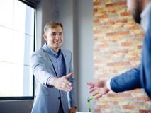 вручает людям трястить Уверенно бизнесмен тряся руки друг с другом Стоковое Изображение