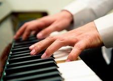 вручает мыжской играть рояля Стоковые Изображения