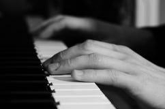 вручает мыжской играть рояля Стоковое Изображение RF