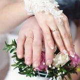Вручает нося обручальные кольца Стоковые Фотографии RF