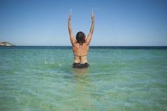 вручает океан вверх по женщине Стоковое фото RF