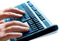 вручает печатать на машинке клавиатуры стоковая фотография