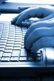 вручает печатать на машинке клавиатуры Стоковая Фотография RF