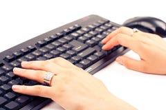 вручает печатать на машинке клавиатуры Стоковое Фото
