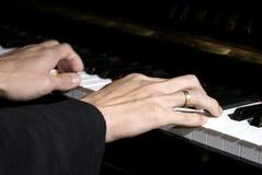 вручает рояль играя 2 Стоковые Изображения