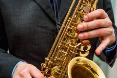 вручает саксофон игрока Стоковые Фото